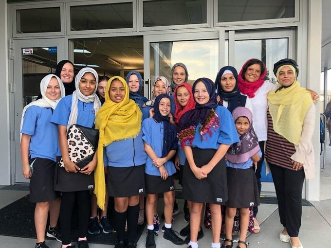 Yeni Zelanda'da Kadınlar Kızlar Örtündü